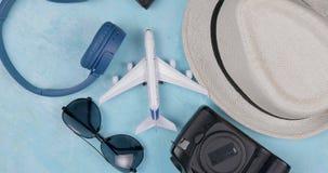 Pacchetto del viaggiatore Filatura dell'aereo del giocattolo Prima della festa stock footage