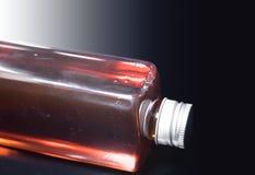 Pacchetto dell'olio di color salmone della bottiglia È un integratore alimentare dell'animale domestico immagini stock libere da diritti