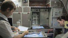 pacchetto della Cabina-squadra i pasti per i passeggeri a bordo stock footage