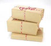 Pacchetto della carta di Brown legato con corda rossa e bianca Fotografie Stock