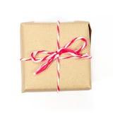 Pacchetto della carta di Brown legato con corda rossa e bianca Immagini Stock