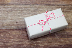Pacchetto della carta di Brown legato con corda rossa e bianca Immagine Stock