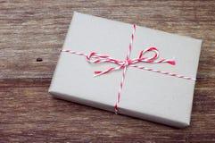 Pacchetto della carta di Brown legato con corda rossa e bianca Fotografia Stock Libera da Diritti