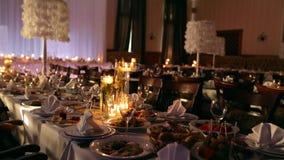 Pacchetto della clip, sequenza L'interno del corridoio di banchetto di nozze dettaglia la compilazione con la regolazione decorat stock footage