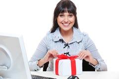 Pacchetto della donna di affari di smiley sul piccolo presente Fotografia Stock Libera da Diritti