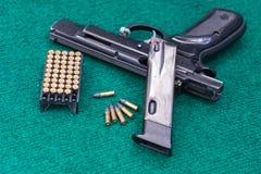 Pacchetto delle munizioni della pistola fotografie stock libere da diritti