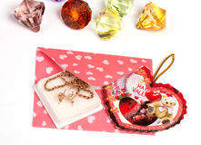 Pacchetto dentellare con il regalo per il biglietto di S. Valentino Fotografie Stock