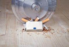 Pacchetto di sigarette di moneta falsa della testa di legno che li tagliato fotografia stock