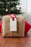Pacchetto e regali su legno con l'albero di Natale Fotografie Stock