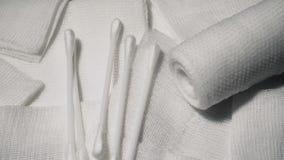 Pacchetto medico sterile per il trattamento arrotolato di cura Hygine e medicina stock footage