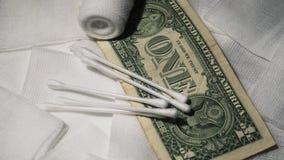 Pacchetto medico sterile per il trattamento arrotolato ed i soldi di cura Concetto di finanza e della medicina stock footage