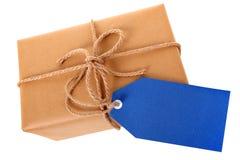 Pacchetto o pacchetto, etichetta blu del regalo o etichetta, isolato sulla vista bianca e superiore Immagini Stock Libere da Diritti