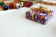 Pacchetto porpora d'imballaggio del regalo di natale con il nastro Fotografie Stock Libere da Diritti