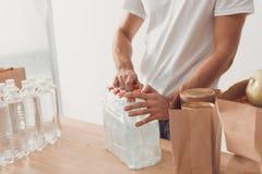 Pacchetto volontario di apertura delle bottiglie di acqua Immagini Stock Libere da Diritti