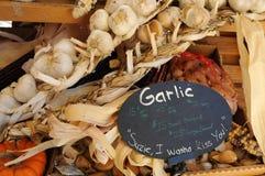 Pacchi dell'aglio al mercato degli agricoltori Fotografie Stock Libere da Diritti