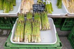Pacchi di asparago su Naschmarkt a Vienna Fotografia Stock