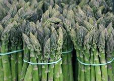 Pacchi di asparago verde immagini stock libere da diritti