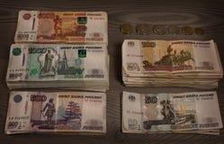 Pacchi di soldi Rubli russe su un fondo di legno Fotografie Stock Libere da Diritti