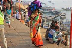 Pacco d'equilibratura del pellegrino femminile lungo il Gange Fotografia Stock Libera da Diritti