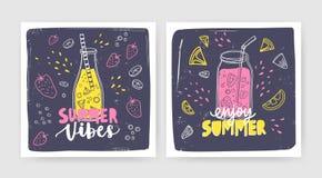Pacco dei modelli quadrati della carta con i frullati, i succhi o i cocktail in bottiglia e barattolo con paglia ed iscrizione Es illustrazione vettoriale