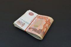 Pacco della rublo russa Un pacco di cinque banconote di migliaia Fotografie Stock