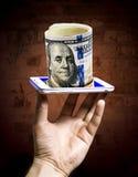 Pacco delle banconote del dollaro visualizzate dallo schermo dello smar immagini stock