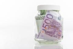 Pacco delle banconote di moneta europea messe in barattolo Immagini Stock