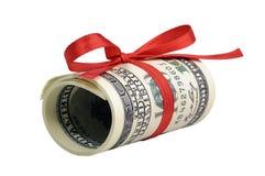 Pacco delle fatture di cento dollari legati con un nastro rosso dollari isolati su fondo bianco Fotografia Stock