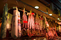 Pacco delle salsiccie sul mercato di Barcelona's, Spagna Fotografie Stock Libere da Diritti
