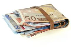 Pacco di euro banconote su un fondo bianco immagine stock