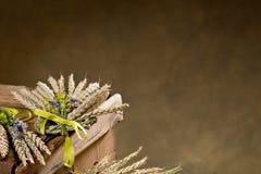 Pacco di grano con il fiore e la banda Immagini Stock