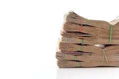 Pacco di soldi impilato su un fondo bianco con lo spazio della copia Fotografia Stock