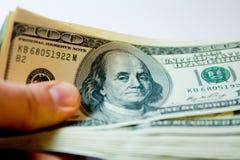 Pacco di soldi molte banconote di cento dollari Immagine Stock