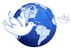 Pace al mondo con le colombe sopra bianco Immagine Stock Libera da Diritti