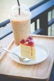Pace del servire del dolce della ciliegia con caffè ghiacciato Fotografie Stock Libere da Diritti