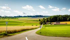 Pace idilliaca di terra che mostra agricoltura sulla campagna Immagini Stock Libere da Diritti