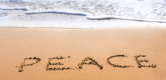 Pace scritta in sabbia sulla spiaggia Fotografia Stock Libera da Diritti