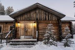 paceful山瑞士山中的牧人小屋 免版税库存图片