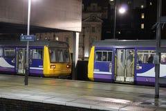 Pacer diesel treinen met meerdere eenheden bij de post van Leeds Stock Afbeelding