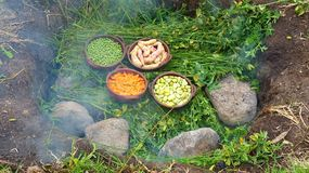 pachamanca是祖先烹饪过程地下,厄瓜多尔 库存照片