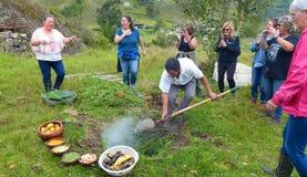 Pachamanca родовой ритуал коренного народа Анд стоковое фото rf