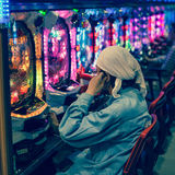 Pachinkoenarmad banditmottagningsrum i Japan Royaltyfri Bild