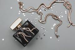 Pachnidła i złota biżuteria fotografia stock