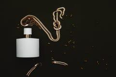 Pachnidła i złota biżuteria zdjęcie stock