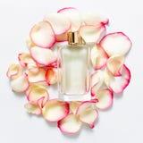 Pachnidło butelka z kwiatów płatkami na lekkim tle Mydlarnia, woni kolekcja Kobiet akcesoria Obraz Stock
