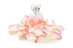 Pachnidło butelka z kwiatów płatkami na lekkim tle Mydlarnia, woni kolekcja Kobiet akcesoria Zdjęcie Stock