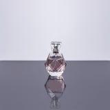 Pachnidło butelka z odbiciem na białym tle Mydlarnia, kosmetyki Obraz Stock