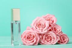 Pachnidło butelka z różami obrazy stock
