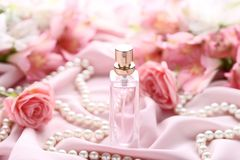 Pachnidło butelka z różami zdjęcia royalty free