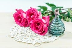 Pachnidło butelka z różami obraz royalty free